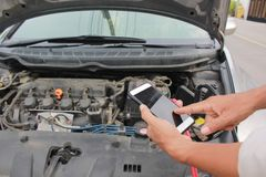 Carro quebrado, homem que chama ao serviço do mecânico de carro fotografia de stock royalty free