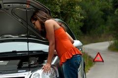 Carro quebrado - a mulher nova espera o auxílio Foto de Stock Royalty Free