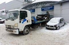 Carro quebrado no caminhão de reboque perto do serviço Tyumen Rússia fotos de stock royalty free