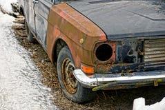 Carro quebrado velho na jarda do inverno foto de stock royalty free