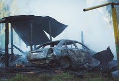 Carro queimado após a batida por um projétil no leste de Ucrânia em Donetsk durante a guerra Imagens de Stock