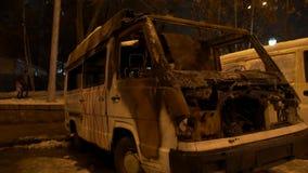Carro queimado na rua vídeos de arquivo