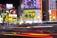 Carro rápido na rua do shinjuku, tokyo, japão Imagens de Stock Royalty Free