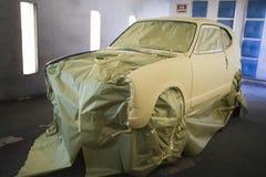 Carro recentemente pintado na garagem fotos de stock