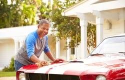 Carro restaurado limpeza aposentado do homem superior foto de stock royalty free