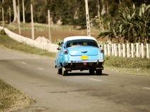 Carro retro americano velho (50th anos do século passado), estrada no 27 de janeiro de 2013 em Cuba Imagens de Stock Royalty Free