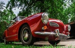 Carro retro bonito renovado com amor imagem de stock royalty free