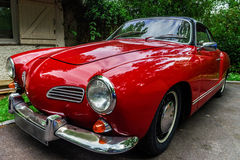 Carro retro bonito renovado com amor foto de stock royalty free