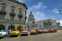 Carro retro do vintage perto da casa do Capitólio de Havana Imagens de Stock