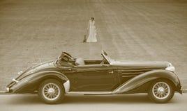 Carro retro e senhora Imagens de Stock Royalty Free