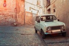 Carro retro na rua antiga de Girona, pedra de pavimentação Imagens de Stock