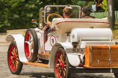 Carro retro velho Buick que toma a participação na raça Foto de Stock
