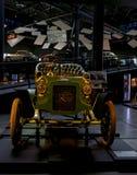 Carro retro velho como a evidência do desenvolvimento do setor automóvel e da reflexão do século passado Imagem de Stock