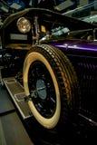 Carro retro velho como a evidência do desenvolvimento do setor automóvel e da reflexão do século passado Foto de Stock