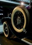 Carro retro velho como a evidência do desenvolvimento do setor automóvel e da reflexão do século passado Imagem de Stock Royalty Free