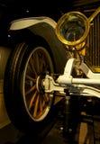 Carro retro velho como a evidência do desenvolvimento do setor automóvel e da reflexão do século passado Fotos de Stock