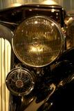 Carro retro velho como a evidência do desenvolvimento do setor automóvel e da reflexão do século passado Fotos de Stock Royalty Free