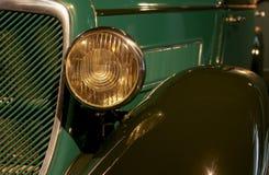Carro retro velho como a evidência do desenvolvimento do setor automóvel e da reflexão do século passado Fotografia de Stock