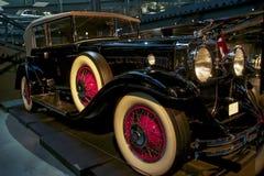 Carro retro velho como a evidência do desenvolvimento do setor automóvel e da reflexão do século passado Foto de Stock Royalty Free