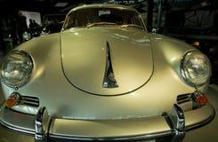 Carro retro velho como a evidência do desenvolvimento do setor automóvel e da reflexão do século passado Fotografia de Stock Royalty Free