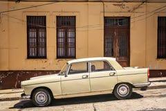 Carro retro velho em Valparaiso fotografia de stock royalty free