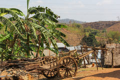Carro rural na vila imagens de stock