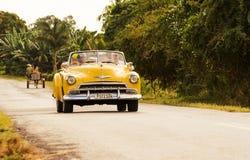 Carro 50s clássico em uma rua de Cuba Imagens de Stock Royalty Free