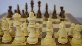 Carro, siguiendo el tiro de un partido del ajedrez Blanco contra negro contragolpe almacen de video