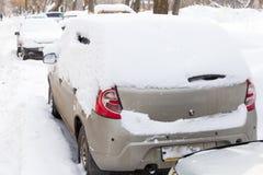 Carro sob a neve após o blizzard foto de stock
