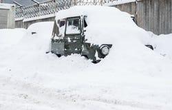 Carro sob a neve no inverno Fotografia de Stock Royalty Free