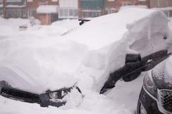 Carro sob a neve no inverno Fotos de Stock Royalty Free
