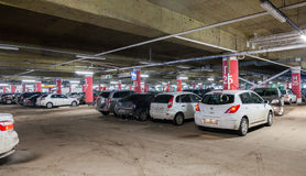 Carro subterrâneo que estaciona o shopping mega Fotos de Stock