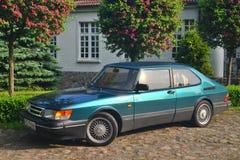 Carro sueco clássico Saab 900 estacionado fotos de stock