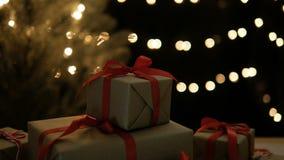 Carro tirado de las cajas de regalo de la Navidad con el fondo de las luces del bokeh almacen de metraje de vídeo