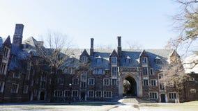 Carro tirado de Lockhart Hall, Universidad de Princeton en febrero almacen de metraje de vídeo