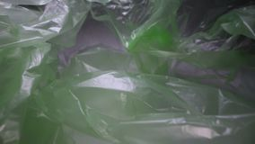 Carro tirado a través de fondo disponible de la bolsa de plástico Basura plástica transparente, reutilizable Reciclaje plástico,  almacen de metraje de vídeo
