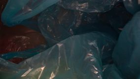 Carro tirado a trav?s de fondo disponible de la bolsa de pl?stico Basura pl?stica transparente, reutilizable Reciclaje pl?stico,  almacen de metraje de vídeo