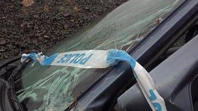 Carro total da perda com para-brisas, a fratura do eixo e a faixa quebrados da barreira da polícia filme