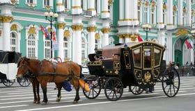 Carro traído por caballo. Imagenes de archivo
