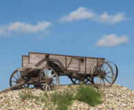 Carro traído por caballo de madera viejo de la granja. Fotografía de archivo