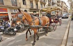 Carro traído por caballo en Barcelona, España Imágenes de archivo libres de regalías