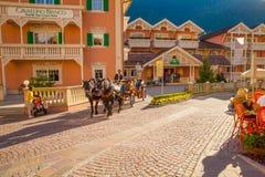 Carro traído por caballo en el centro de Ortisei Foto de archivo