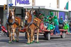 Carro traído por caballo en el día del ` s de St Patrick, Ottawa, Canadá Foto de archivo libre de regalías