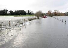 Carro travado na inundação. imagem de stock