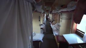 Carro ucraniano el dormir del tren de la segunda clase almacen de metraje de vídeo