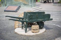 Carro Uno-rodado de madera viejo Imágenes de archivo libres de regalías