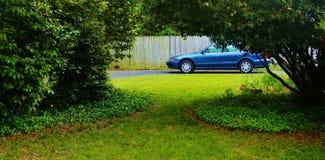Carro usado estacionado na jarda Imagem de Stock Royalty Free