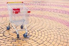 Carro vacío de un supermercado en la calle vida alrededor de la comida fotografía de archivo libre de regalías