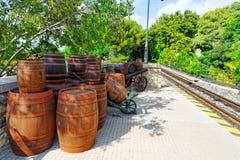 Carro velho com tambores de vinho fotografia de stock