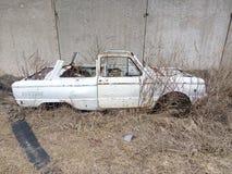 Carro velho, corpo oxidado, corpo de carro sem um telhado, carro de A na grama seca, um transporte anterior, uma parte oxidada de foto de stock royalty free